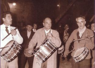 Luis Buñuel tocando el tambor en Semana Santa Calanda