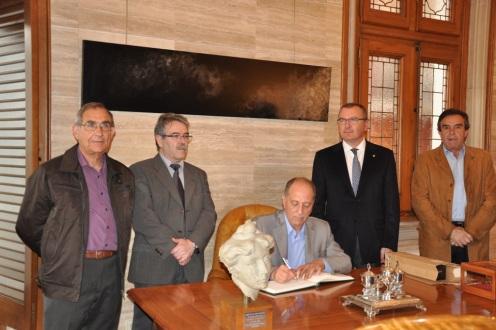 Firma del Alcalde de Calanda en el libro de Honor del Ayto. de Reus