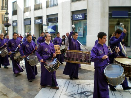 Tambores de Calanda por las calles de Málaga (Foto de Carlos Arrufat)