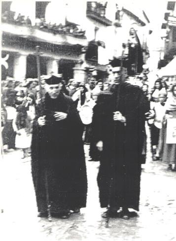 Mosén Vicente Allanegui al frente de una procesión en la primera mitad del siglo XX