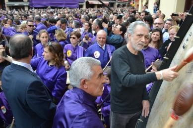 Fernando Trueba rompiendo la hora en Calanda Semana Santa 2013 (Foto del periódico La Comarca)