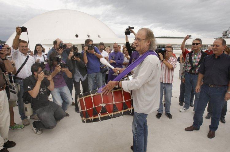 """11/09/2011.- Luis Eduardo Aute toca uno de los tambores de Calanda ante el Centro Niemeyer de Avilés con motivo del concierto que ofrecerá hoy en el que presentará su último disco, titulado """"Intemperie"""". EFE/J.L.Cereijido"""