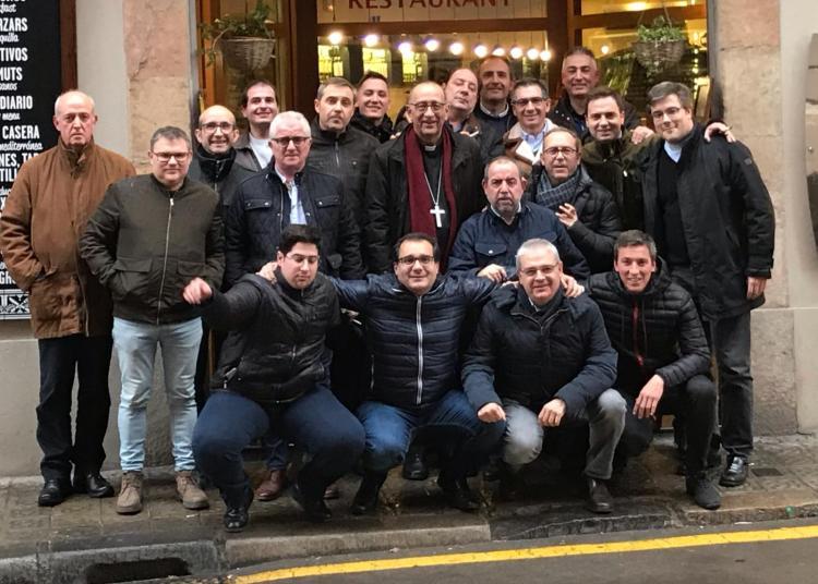 El Arzobispo de Barcelona Juan José Omella con el grupo de Tambores de Calanda (Barcelona, 02/02/2019)