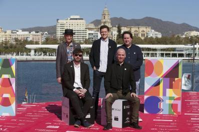 El director Salvador Simó (abajo izq), posa en el Muelle 1 de Málaga con el autor del cómic Fermín Solis (abajo), el director artistico José Luis Agreda (i), el compositor Arturo Cardelús (c), y el guionista Eligio R. Montero (Foto de La Opinión de Málaga)