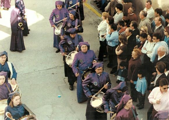 Instantanea atípica. Juan Herrero tocando el tambor en la procesión del Pregón. Delante su primo, José Miguel Frnco,Miguel Magrazó y Paco-