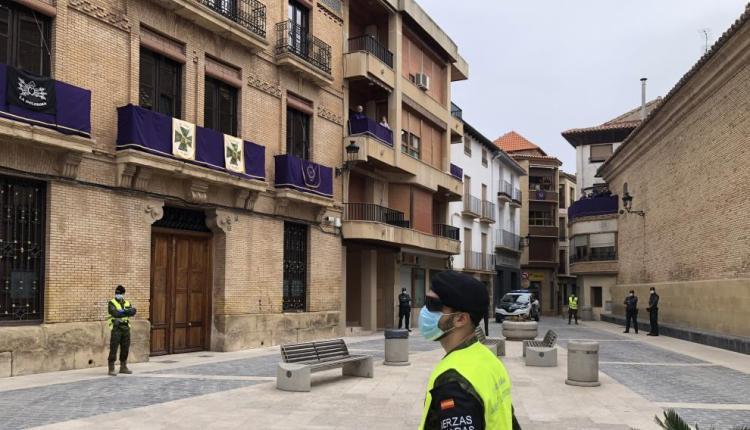 Soldados y guardias civiles desplegados en la plaza del ayuntamiento de Calanda